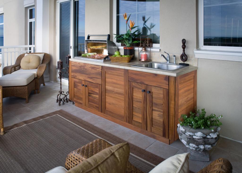 Кухня с бытовыми приборами на балконе