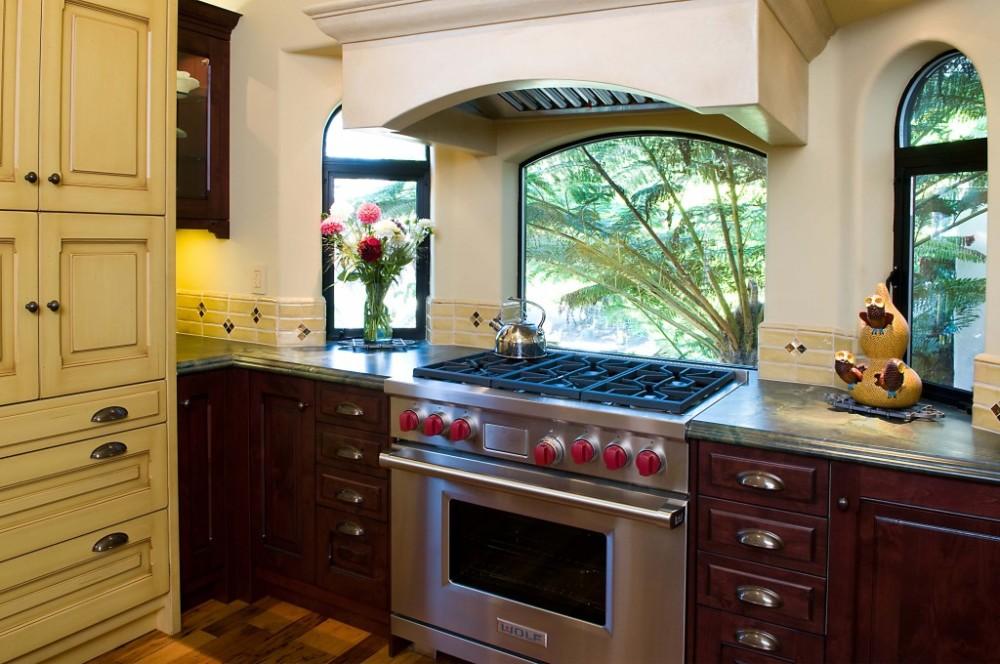 Кухня с газовой плитой под окном