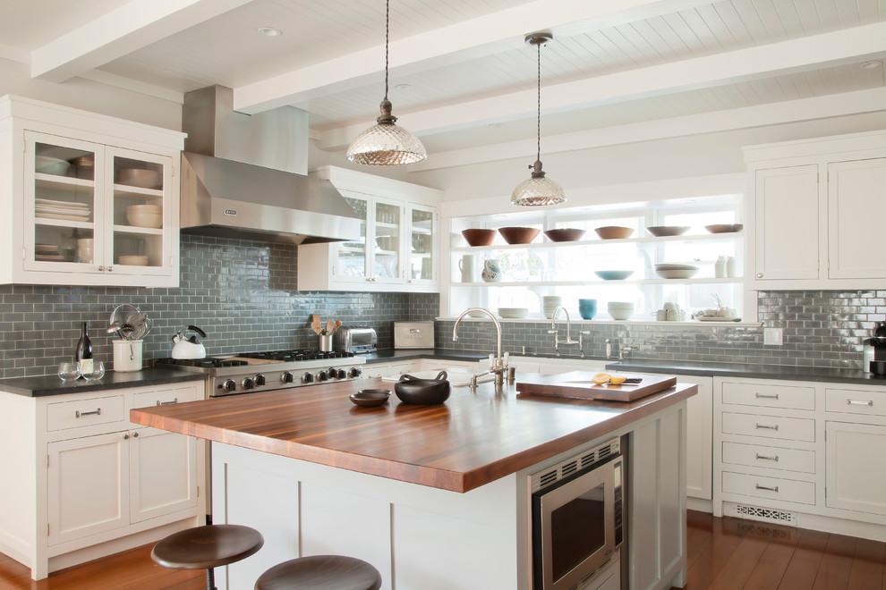 Кухня с окном и полками