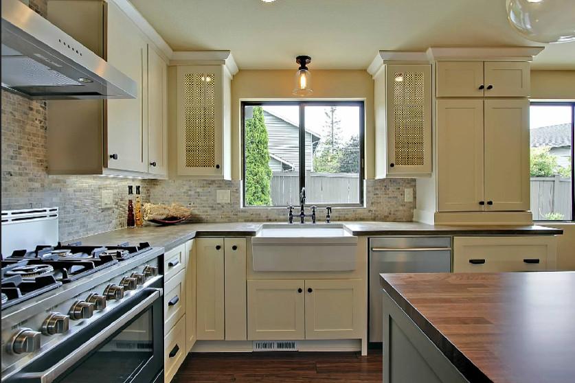 Кухня с раковиной под окном