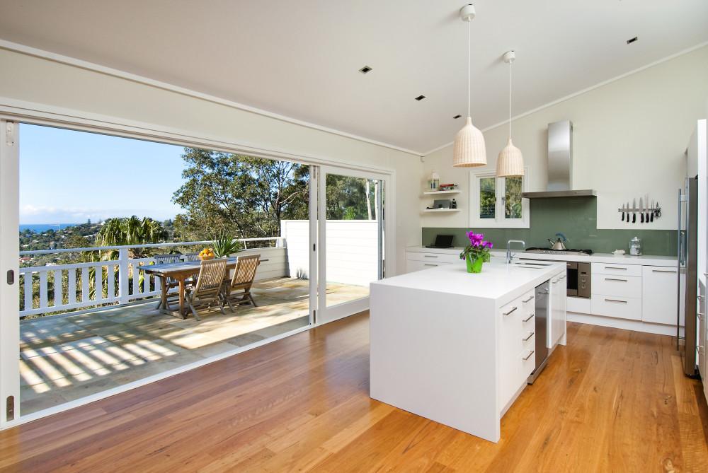 Кухня совмещенная с балконом в загородном доме
