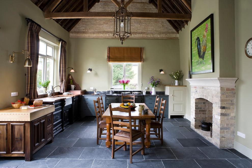 Кухня в стиле кантри с камином