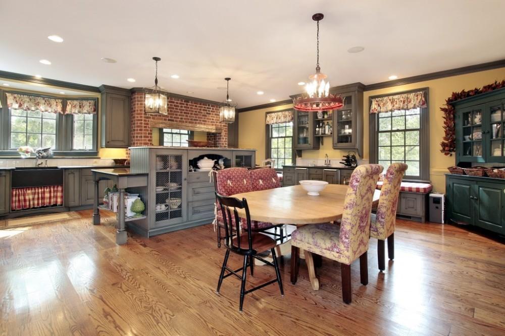 Кухня в стиле кантри с круглым столом
