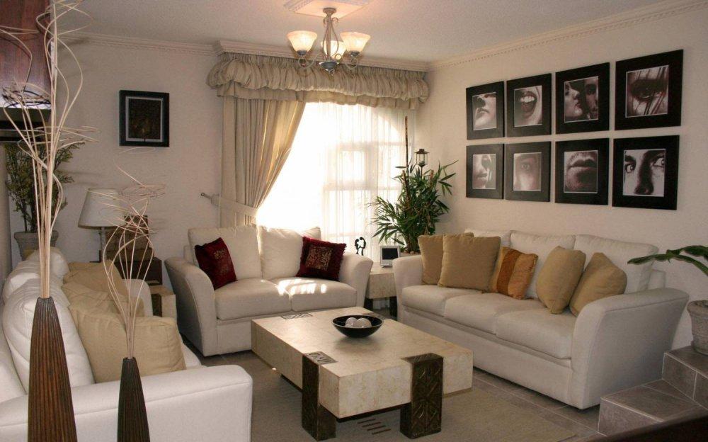 Небольшой зал с картинами
