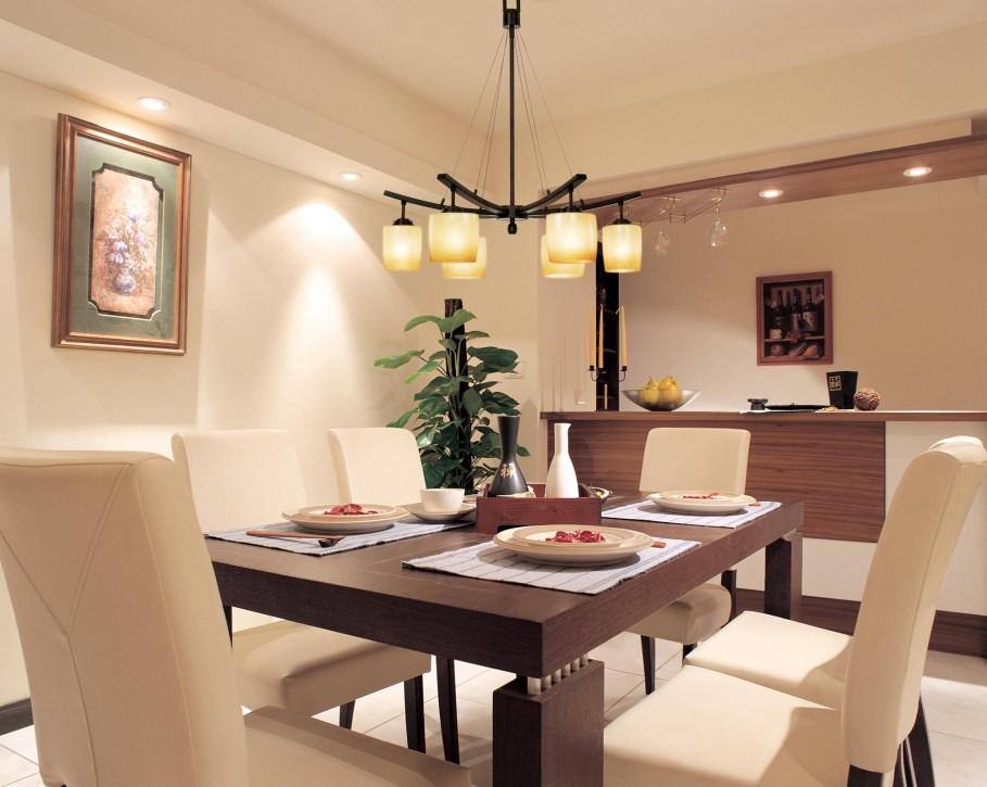 Столовая комната с люстрой