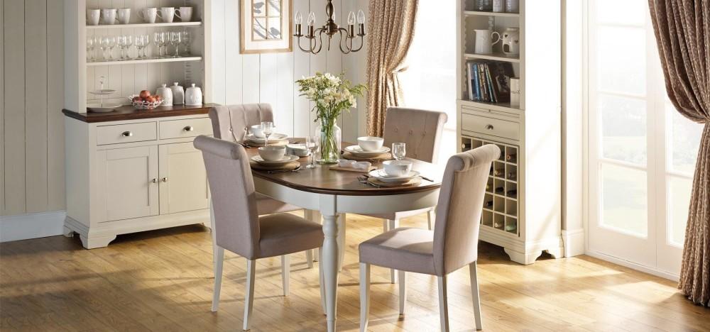 Столовая комната с мебелью