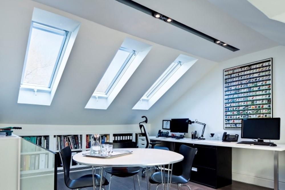 Светлый кабинет под крышей
