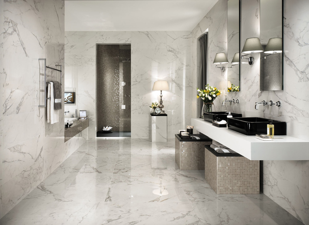 Ванная комната с мраморной плиткой
