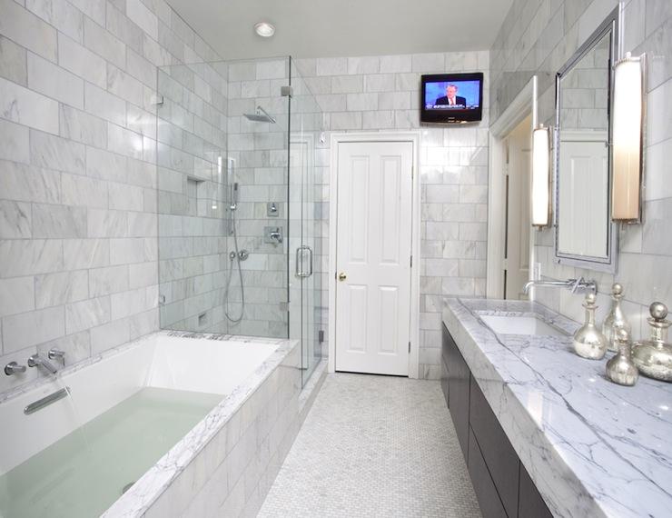 Ванная комната со светлой мраморной плиткой