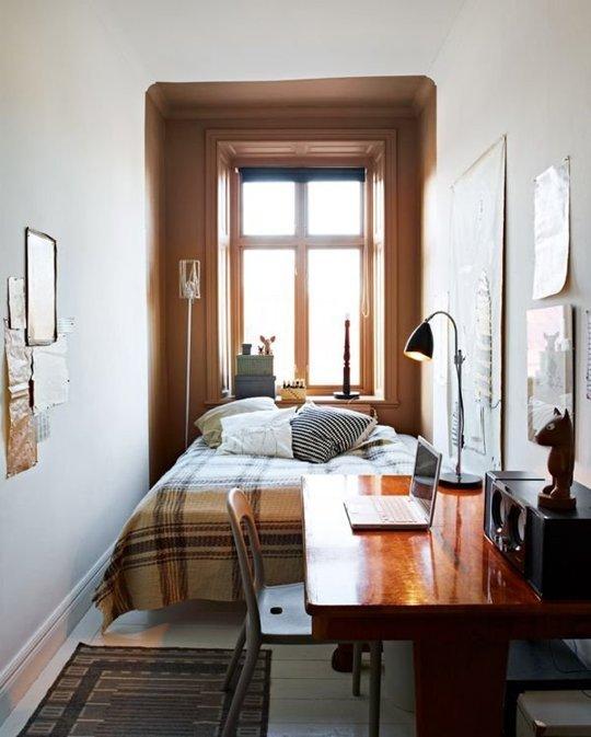 дизайн узкой спальни с большой кроватью