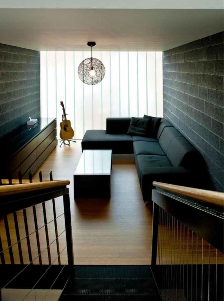 На фото: узкая комната в тёмном стиле