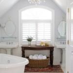 Ванная в мансарде белого цвета