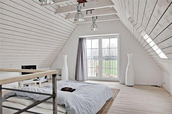 Светлая спальня в мансарде