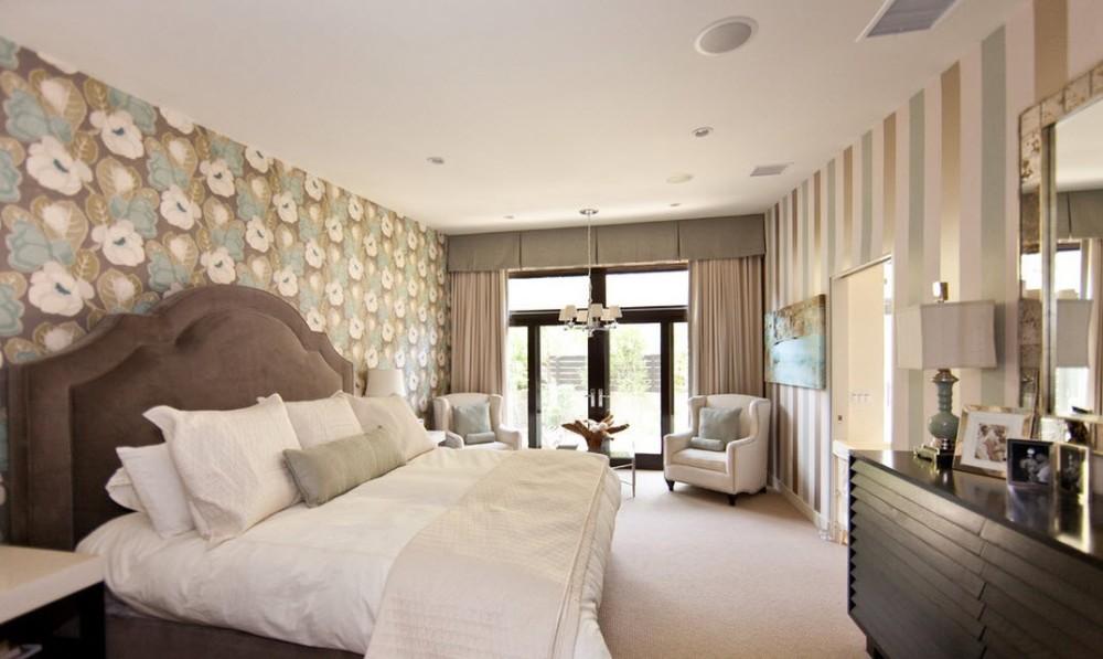 спальня со светлыми обоями двух видов