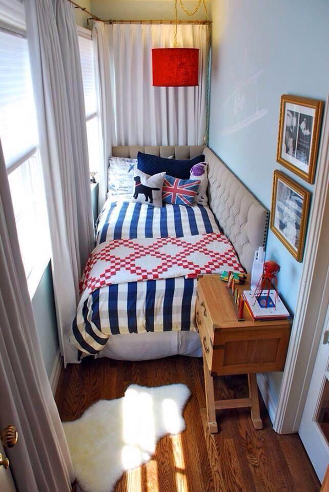 Кровать вдоль стены в дизайне узкой спальни