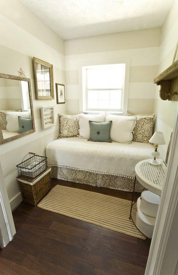 кровать поперёк комнаты в узкой спальне
