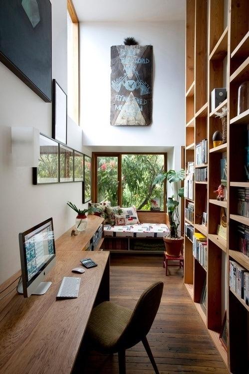 На фото: узкий кабинет со стеллажом