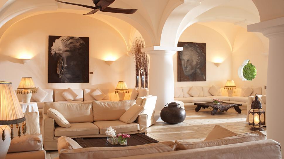 интерьер в итальянском стиле с настенным освещением