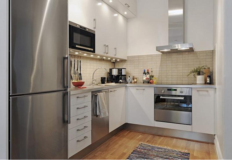 кухня со шкафчиками над рабочей поверхностью