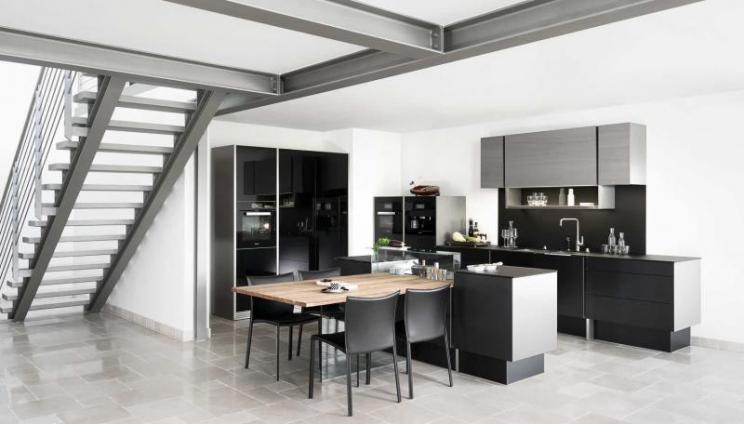 кухня-студия с керамической плиткой