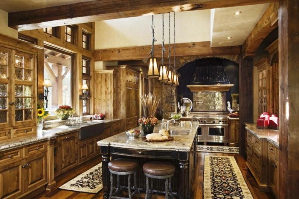 кухня в итальянском стиле с деревянными балками на потолке