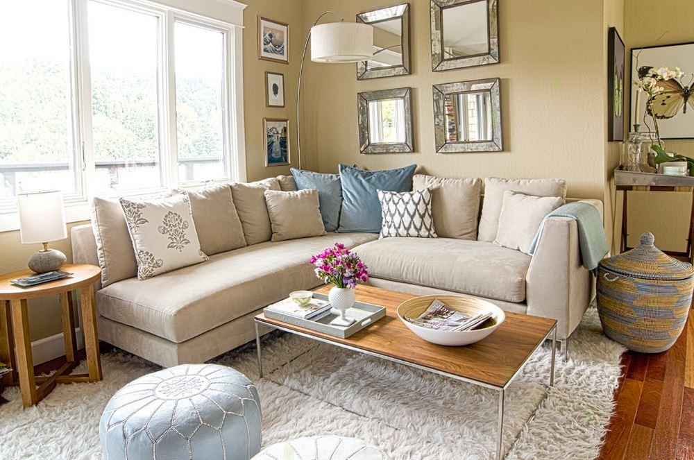 Угловой диван в интерьере небольшой гостиной фото