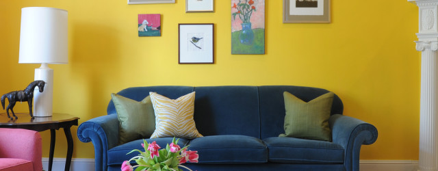 небольшая гостиная желтого цвета