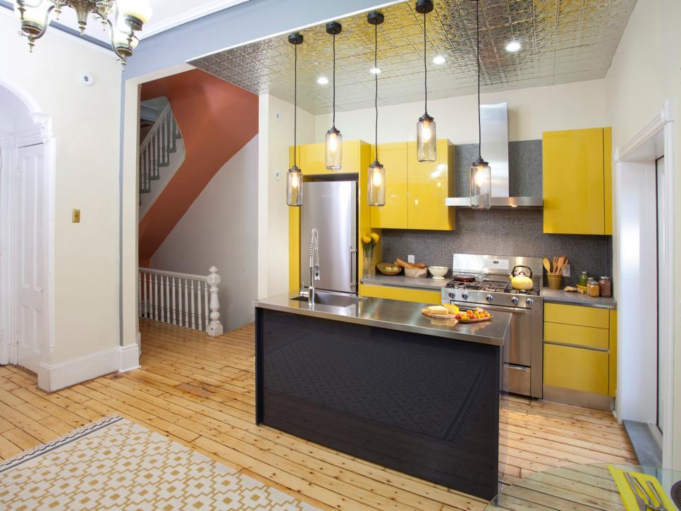 небольшая кухня со светильниками