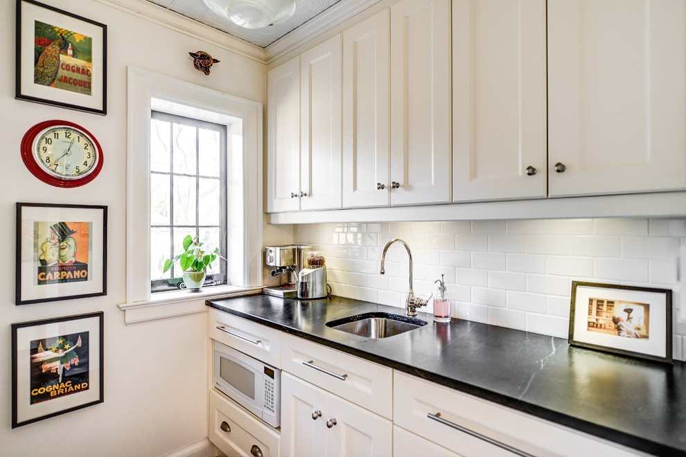небольшая кухня со светлой мебелью
