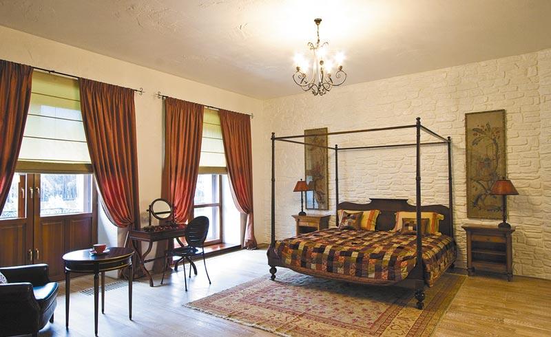 спальня в стиле гранж с красными шторами