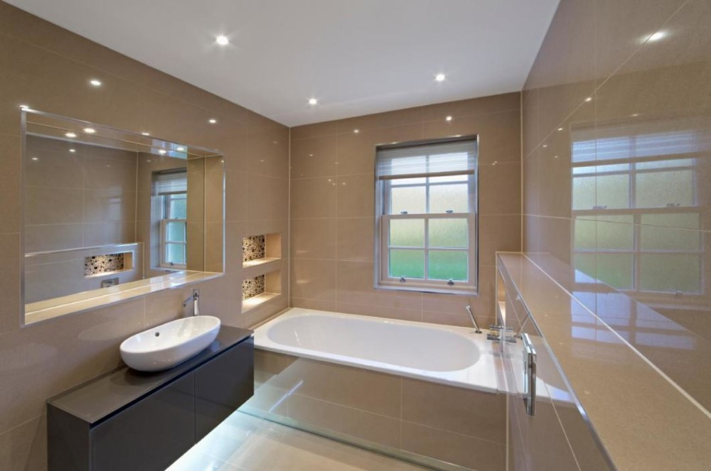 ванная комната с панельными светильниками