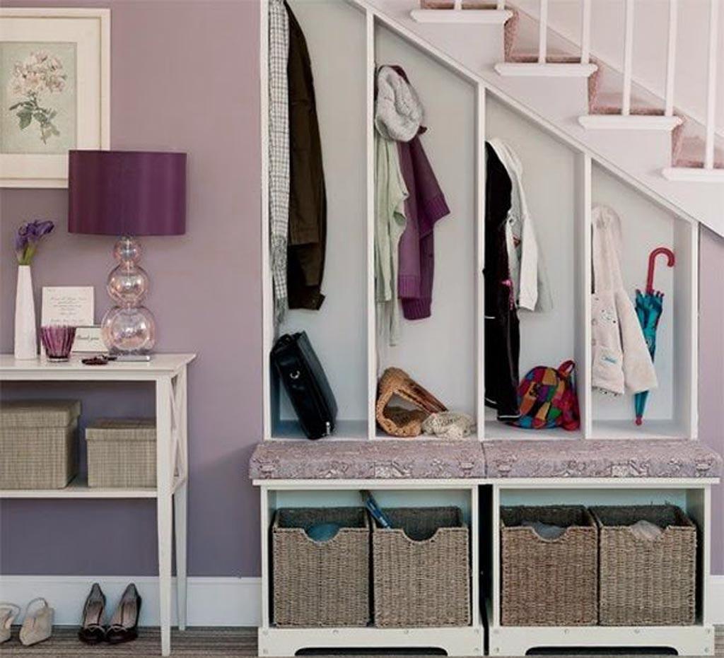 вешалка для одежды под лестницей