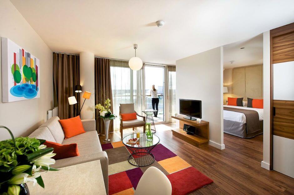 зонирование спальни и гостиной с помощью перегородки