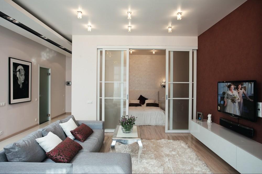 зонирование спальни и гостиной с помощью перегородки купе