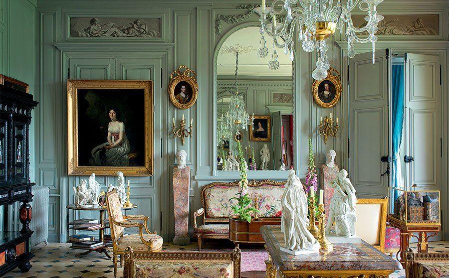 интерьер в стиле рококо с большим зеркалом