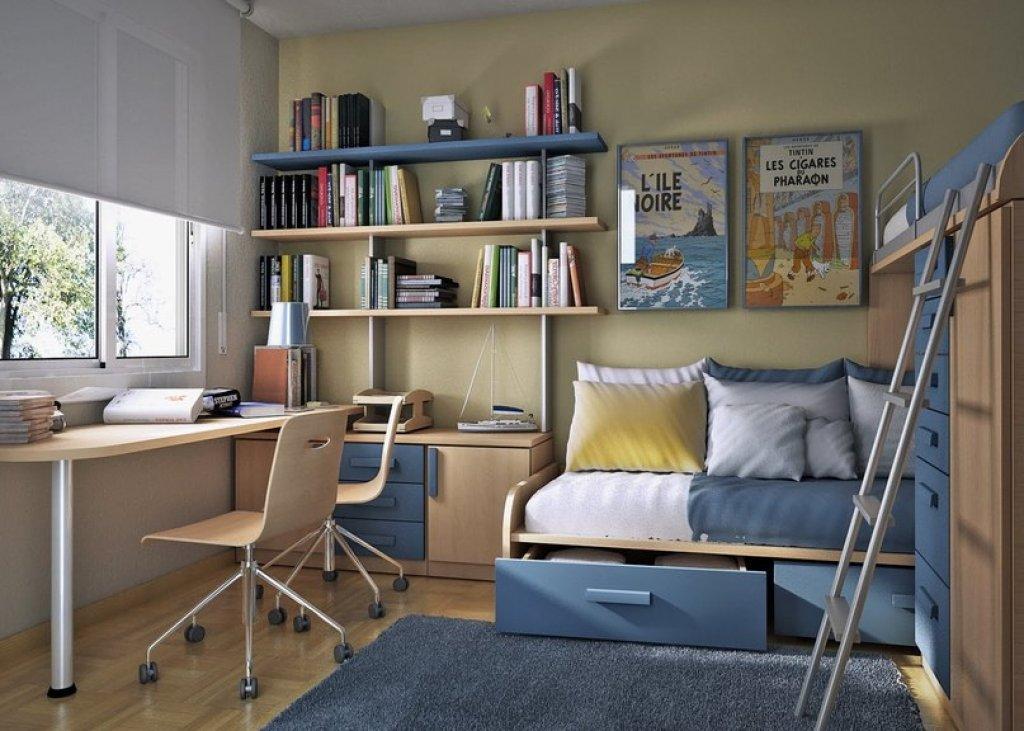 комната для подростка с рабочим местом возле окна