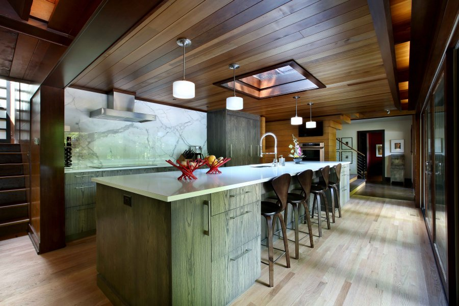 кухня в кантри стиле с деревянным потолком