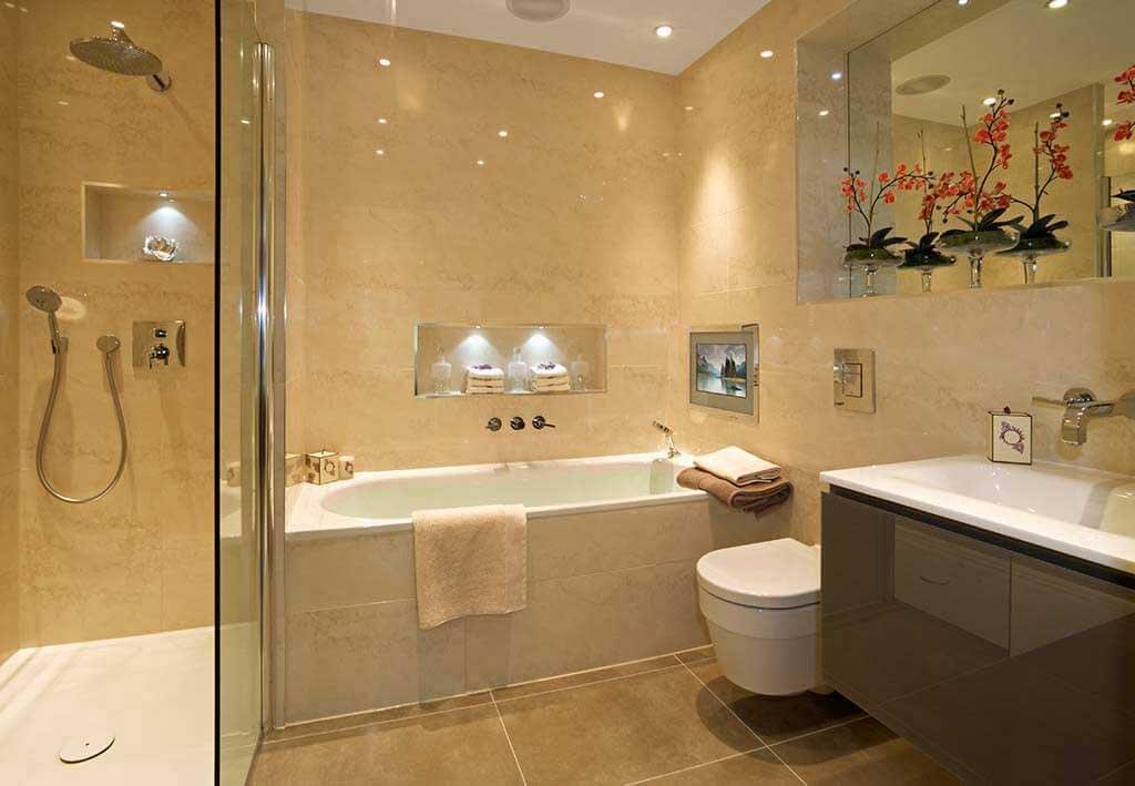 небольшая ванная с равномерным освещением