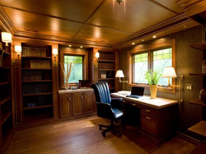 Кабинет в классическом стиле с кожаным креслом