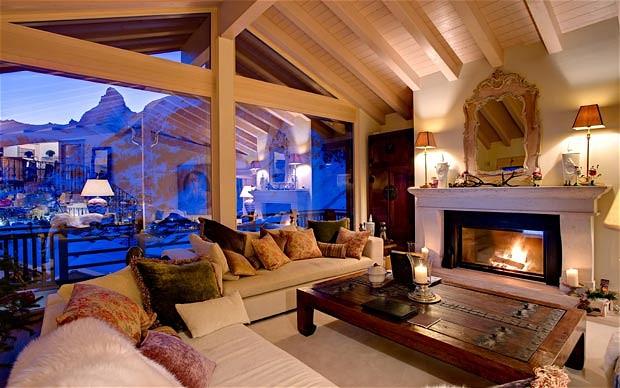 Комната с камином в стиле шале