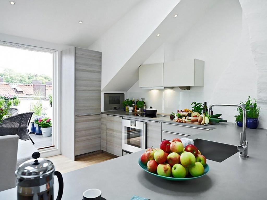 Кухня с балконом с задвижной дверью