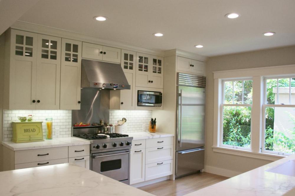 Кухня с микроволновой печью в навесном шкафчике