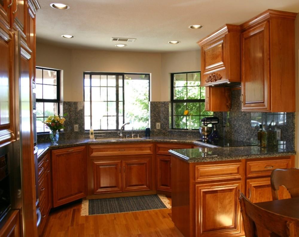 Кухня с раковиной под окном в классическом стиле