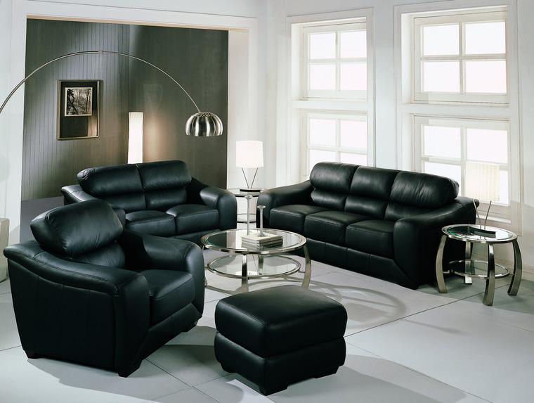 Небольшой зал черного цвета
