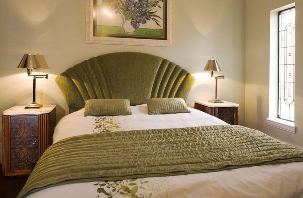 Просторная кровать для арт-деко спальни
