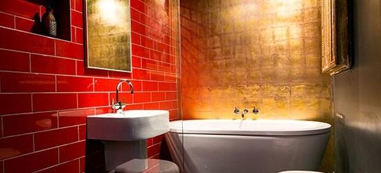 Ванна совмещенная с туалетом с золотистой отделкой