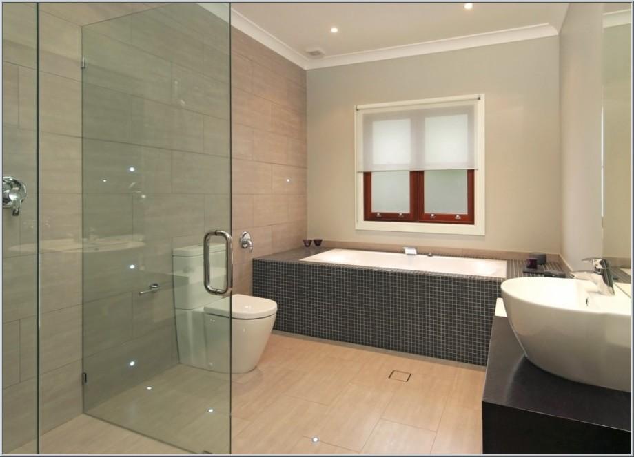 Ванна совмещенная с туалетом со встроенными в потолок светильниками