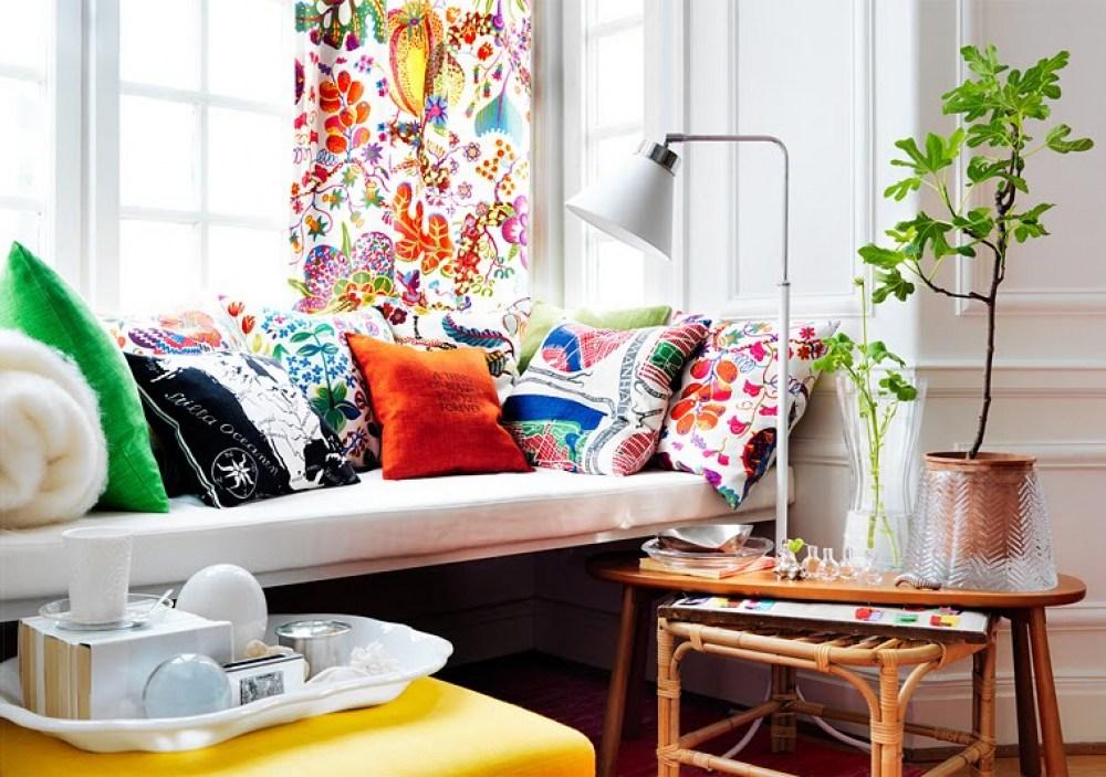 эклектичный интерьер с яркими подушками