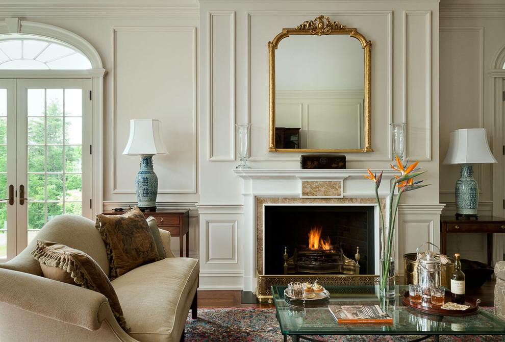 французский интерьер с камином и зеркалом