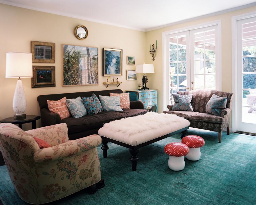 гостиная в эклектическом стиле с мягкой мебелью